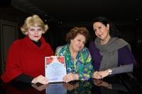 Fiorenza Cossotto con Marina Petrova che mostrano il diploma di New Opera Ischia