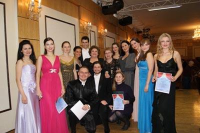 Fiorenza Cossotto con gli allievi di New Opera Ischia a Mosca dopo la masterclass