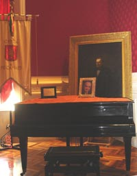 Pianoforte di Beniamino Gigli donato dalla figlia Rina