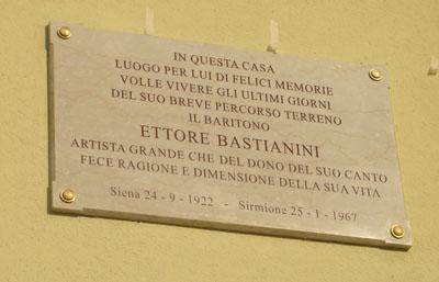 Targa alla memoria, esposta davanti alla casa in cui è morto Ettore Bastianini